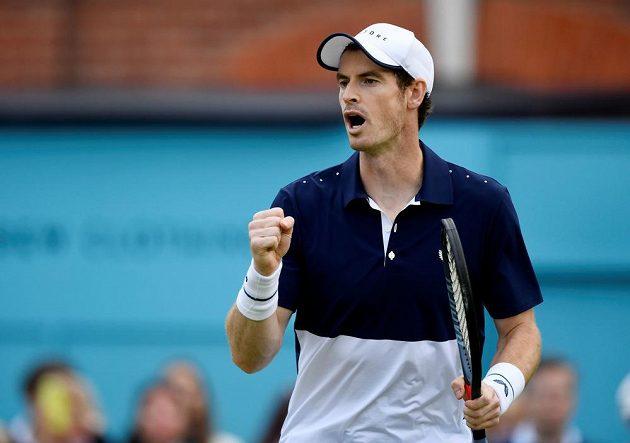 Britský tenista Andy Murray a jeho vítězné gesto.