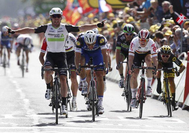Mark Cavendish (vlevo) vyhrál závěrečný spurt úvodní etapy Tour de France.