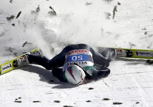 Přistání pro Simon Ammanna ze Švýcarska bylo při posledním závodě Turné v Bischofshofenu opravdu drsné.