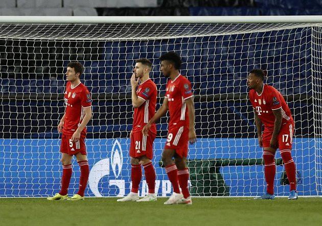 Zklamaní fotbalisté Bayernu Mnichov. Ani výhra v odvetném čtvrtfinále s PSG jim k postupu nestačila.