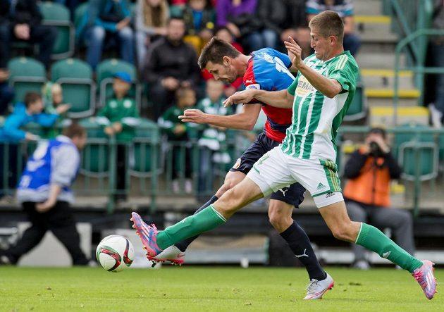 Plzeňský fotbalista Michal Ďuriš je bráněný Michalem Šmídem z Bohemians.