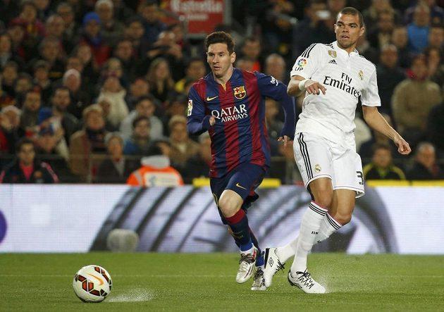 Barcelonský Lionel Messi (vlevo) a Pepé z Realu Madrid.