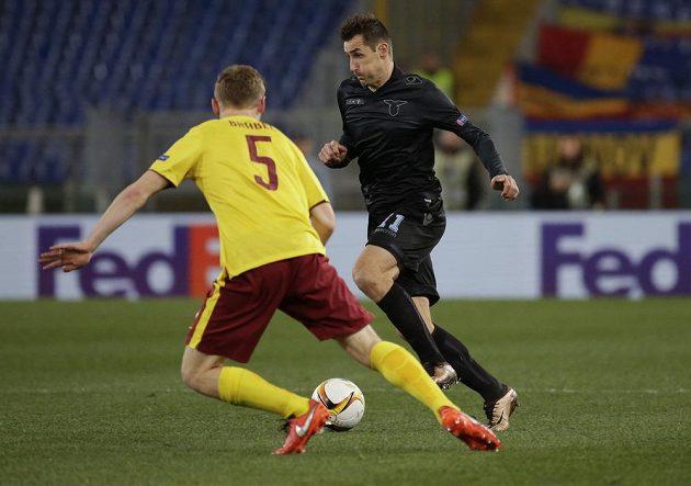 Miroslav Klose z Lazia Řím zkouší obejít sparťanského stopera Jakuba Brabce.