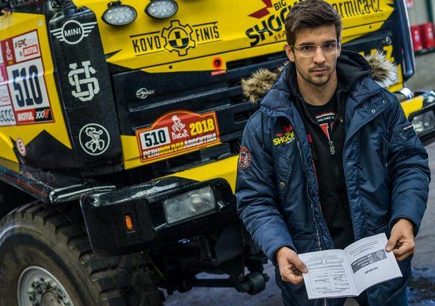 Martin Macík s potřebnými razítky před naloděním techniky v Le Havru.