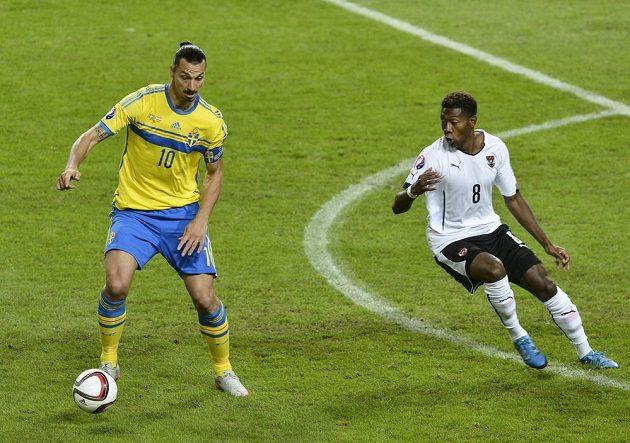 Švédský útočník Zlatan Ibrahimovic (vlevo) a rakouský obránce David Alaba.
