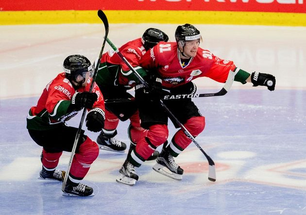 Niklas Lasu (vpravo) oslavuje se spoluhráči vítězný gól Frölundy ve finále Ligy mistrů proti Spartě.
