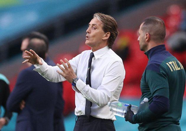 Italský kouč Roberto Mancini udílí rady svým svěřencům