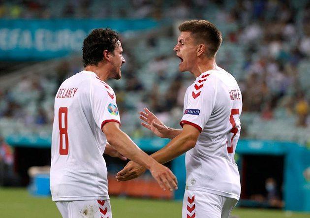 Dánští fotbalisté Thomas Delaney a Joakim Maehle slaví druhý gól v síti českého týmu ve čtvrtfinále EURO.