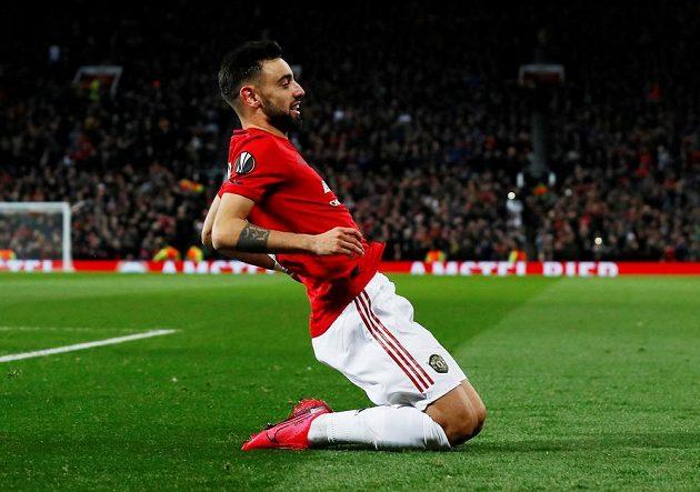 Fotbalista Manchesteru United Bruno Fernandes se raduje z proměněné penalty proti Bruggám.