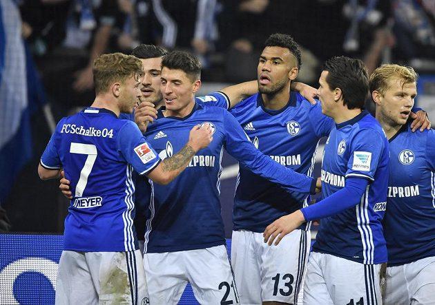 Tým Schalke oslavuje gól Erica Maxima Choupo-Motinga (uprostřed) v utkání proti Darmstadtu.