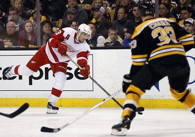 Pavel Dacjuk (vlevo) rozhodl jedinou trefou zápas Detroitu na ledě Bostonu.