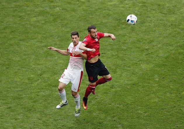 Sokol Cikalleshi (vpravo) z Albánie v souboji s Fabianem Schärem ze Švýcarska v utkání mistrovství Evropy 2016.