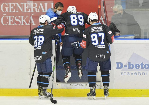 Zraněný plzeňský hokejista Pavel Musil opouští ledovou plochu.