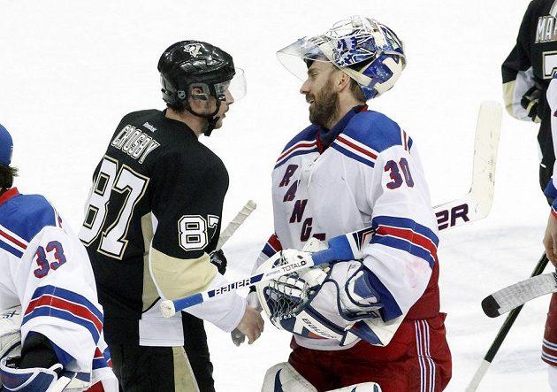 Útočník Pittsburghu Sidney Crosby (vlevo) si podává ruku s brankářem New Yorku Rangers Henrikem Lundqvistem po sedmém utkání 2. kola play off NHL.