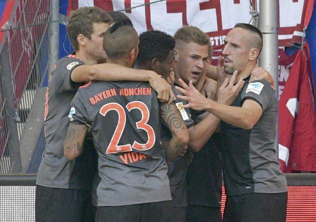 Fotbalisté Bayernu slaví gól na hřišti Hamburku.