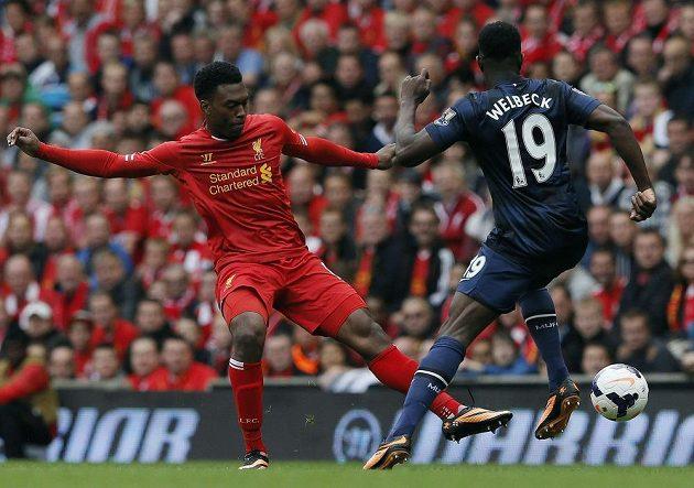 Daniel Sturridge z Liverpoolu (vlevo) svádí souboj o míč s Dannym Welbeckem z Manchesteru United.