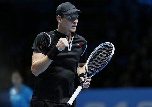 Gesto Tomáše Berdycha po zisku první sady v duelu se Španělem Davidem Ferrerem.