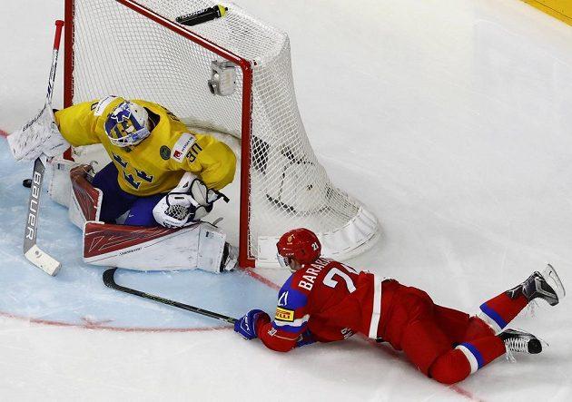 Švédský gólman Viktor Fasth zasahuje v utkání mistrovství světa proti Rusku. Překvapit se jej snažil Alexander Barabanov.