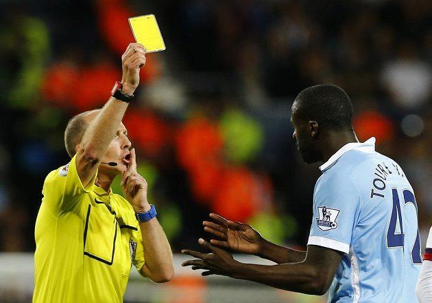 Yaya Toure z Manchesteru City dostává žlutou kartu od sudího Mika Deana v utkání prvního kola Premier League proti West Bromwichi.