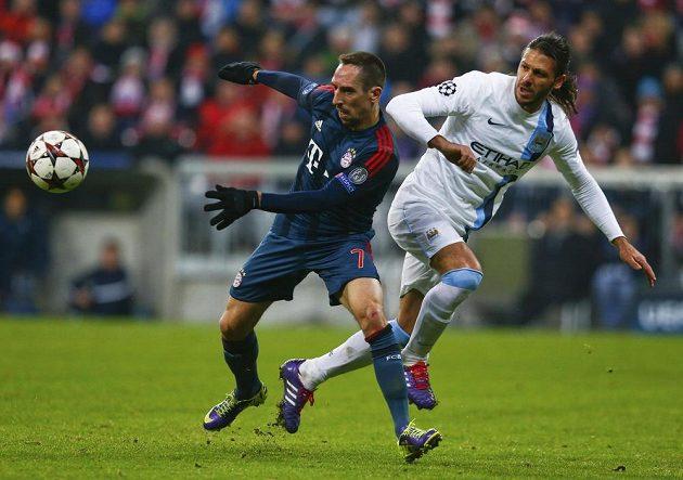 Franck Ribéry z Bayernu Mnichov (vlevo) bojuje o míč s Martinem Demichelisem z Manchesteru City.