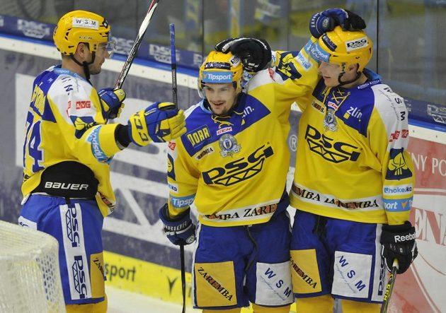 Zlínští hokejisté se radují z gólu proti Olomouci. Zleva Tomáš Sýkora, Petr Holík a Robert Říčka.