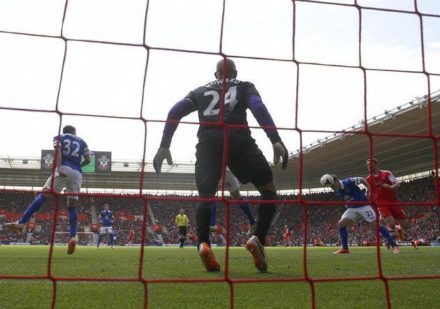 Seamus Coleman (23) z Evertonu překonává vlastního brankáře Tima Howarda při utkání se Southamptonem.