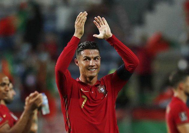 Portugalský hrdina Cristiano Ronaldo se raduje z výhry nad Irskem, kerou dvěma góly zařídil.