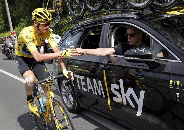 Chris Froome si zajel během poslední etapy k týmovému autu Sky pro sklenku šampaňského.