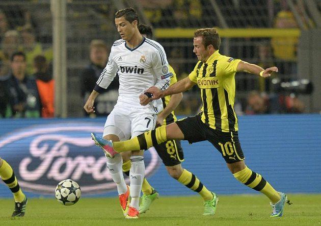 Dortmundský Mario Götze (vpravo) si Cristiana Ronalda hleděl.