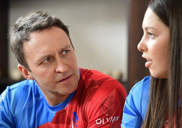 Juniorská mistryně světa ve skeletonu Anna Fernstädtová a reprezentační trenér Dawid Kupczyk (vlevo)