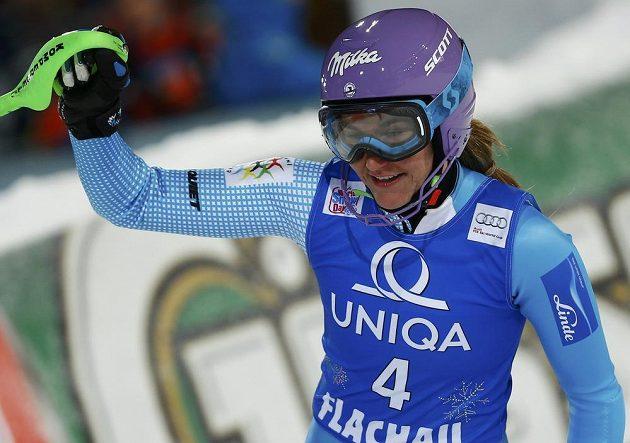 Šárka Strachová v cíli druhého kola závodu SP ve Flachau.