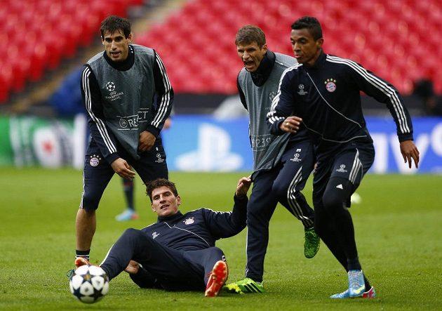 Fotbalisté Bayernu Mnichov Mario Gómez (na zemi), zleva Javi Martinez, Thomas Müller a Luiz Gustavo během tréninku na londýnském stadiónu ve Wembley.
