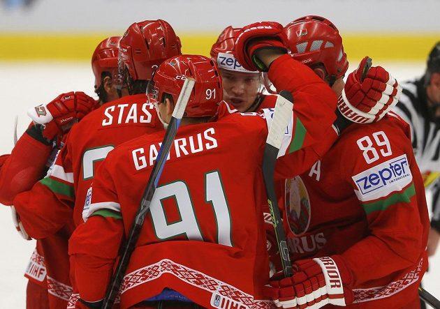 Běloruští hokejisté oslavují gól proti Slovinsku na MS v duelu skupiny B v Ostravě.
