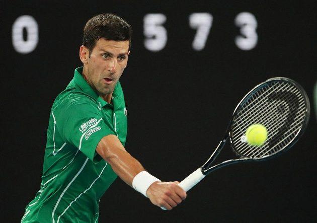 Srb Novak Djokovič při semifinále s Rogerem Federerem ze Švýcarska.