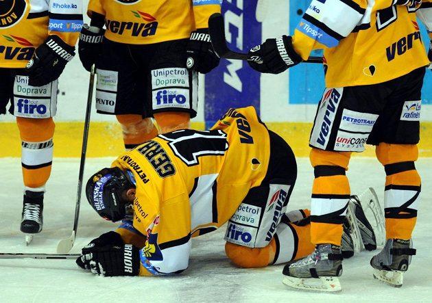 Otřesený litvínovský hokejista František Gerhát během utkání s Pardubicemi.