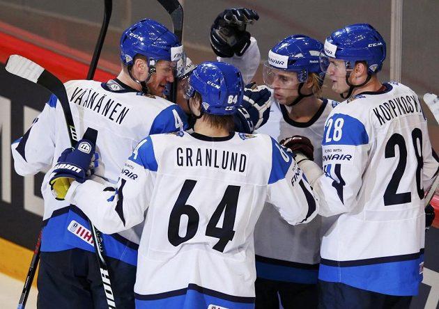 Hokejisté Finska se radují z gólu proti USA, který zaznamenal Lauri Korpikoski (vpravo).