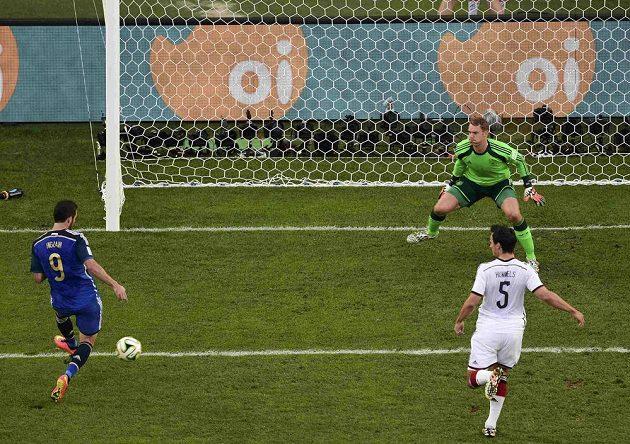 Argentinský útočník Gonzalo Higuaín (vlevo) překonává německého brankáře Manuela Neuera, gól ale nebyl uznaný pro ofsajd.