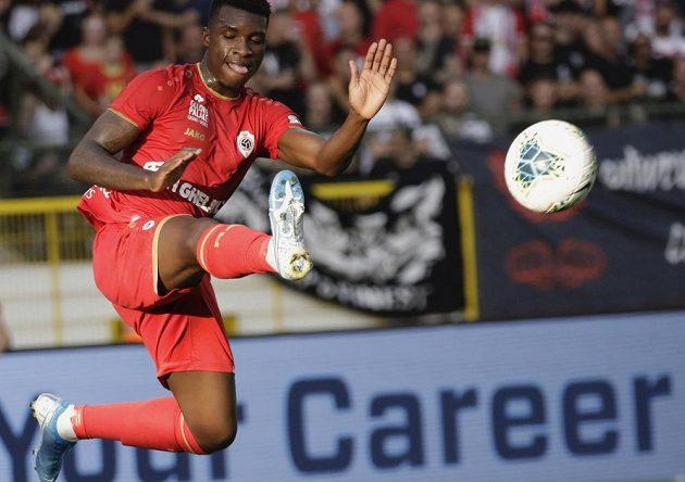 Aurelio Buta z Antverp zpracovává míč.