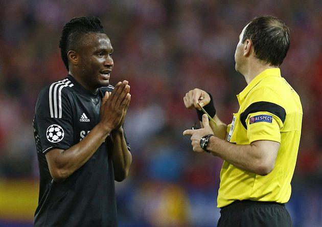 Jon Obi Mikel prosí sudího Jonase Erikssona, aby mu neuděloval žlutou kartu. Ten to přesto udělal, takže Nigérijec si odvetu s Atlétikem na Stamford Bridge nezahraje.