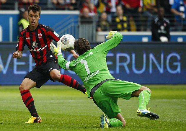 Český útočník Václac Kadlec (vlevo) se snaží překonat brankáře Dortmundu Romana Weidenfellera.