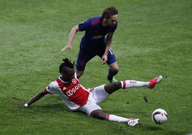 Důrazný souboj mezi Bertrandem Traorém z Ajaxu a Daley Blindem z Manchesteru United.