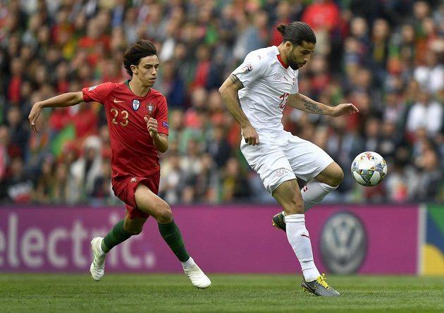 Joao Felix se snaží zastavit Rodrigueze