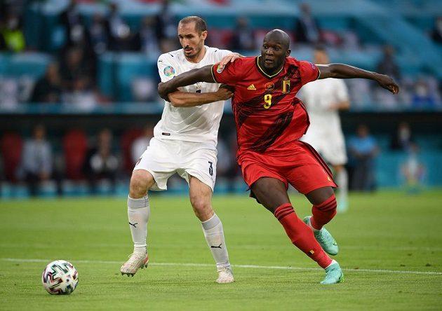 Belgický fotbalový útočník Romelu Lukaku v akci během čtvrtfinále EURO s Itálií. S kanonýrem bojuje Ital Giorgio Chiellini.