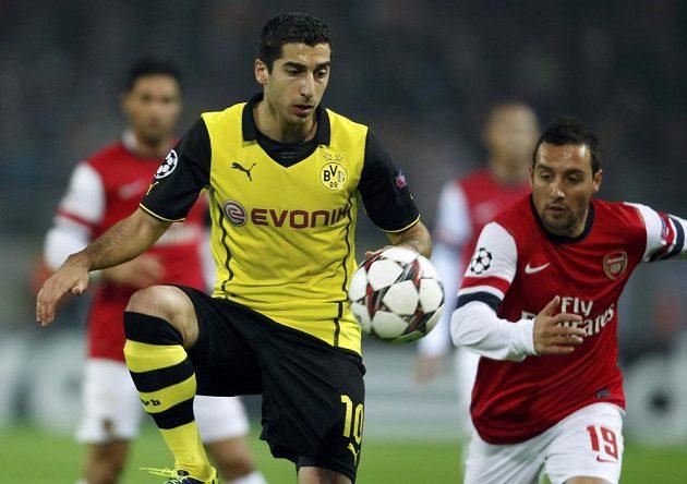Záložník Dortmundu Henrik Mchitarjan a Santi Cazorla (vpravo) z Arsenalu.