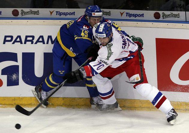 Český hokejový útočník Radek Smoleňák (vpravo) v souboji o puk se Švédem Möllerem.