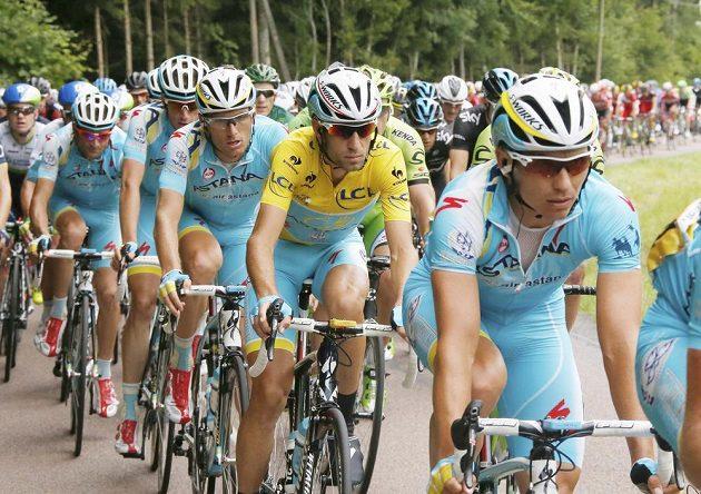 Italský cyklista Vincenzo Nibali (ve žlutém dresu) udržel vedení v Tour i po sedmé etapě.