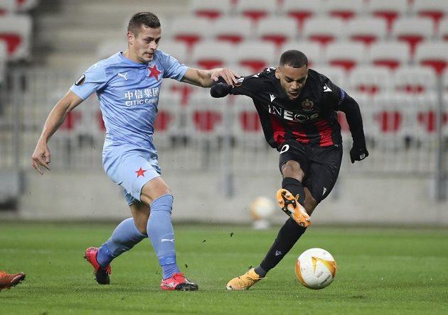Slávista Tomáš Holeš (vlevo) se snaží zastavit Alexise Claudea-Mauriceho z Nice.