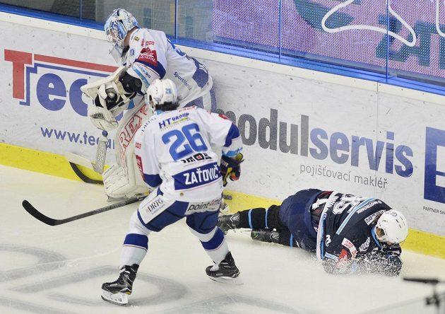 Po souboji s gólmanem Karlem Vejmelkou z Brna (vlevo) spadl na led plzeňský útočník Miroslav Indrák (vpravo). Všemu přihlíží Martin Zaťovič.