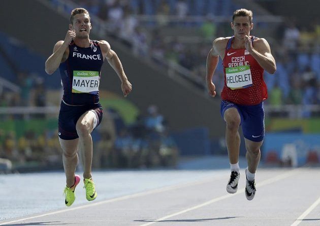 Adam Sebastian Helcelet (vpravo) finišuje s Kevinem Mayerem.