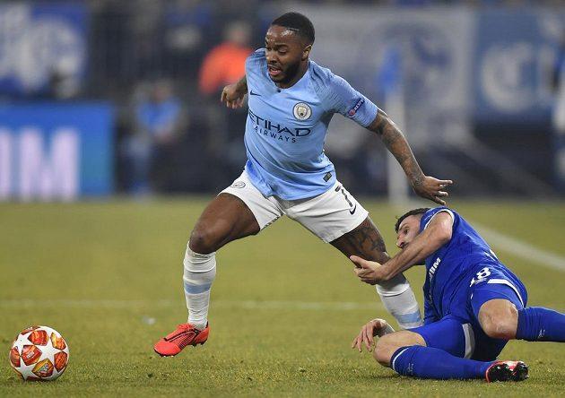 Raheem Sterling (vlevo) z Manchesteru City se snaží uniknout záložníkovi Schalke Danielu Caligiurimu.